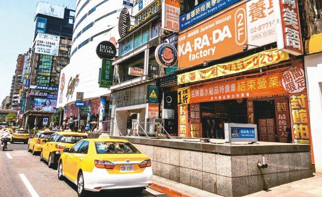 北市東區商圈空店潮持續惡化,目前商圈待租量達230間,比去年同期又增加59間、增...