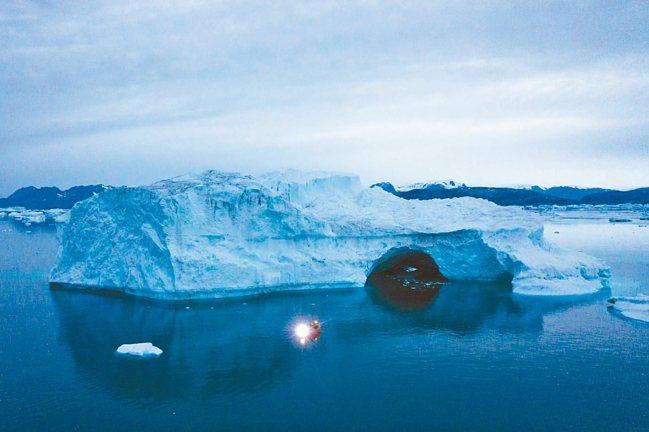 主要石油業者去年至今投資500億美元在新計畫上。圖為格陵蘭近年融冰狀況。 美聯社