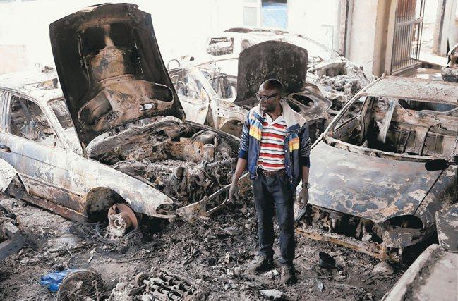 在南非約翰尼斯堡開業的一名奈及利亞車商,店面5日遭暴民焚毀。 路透