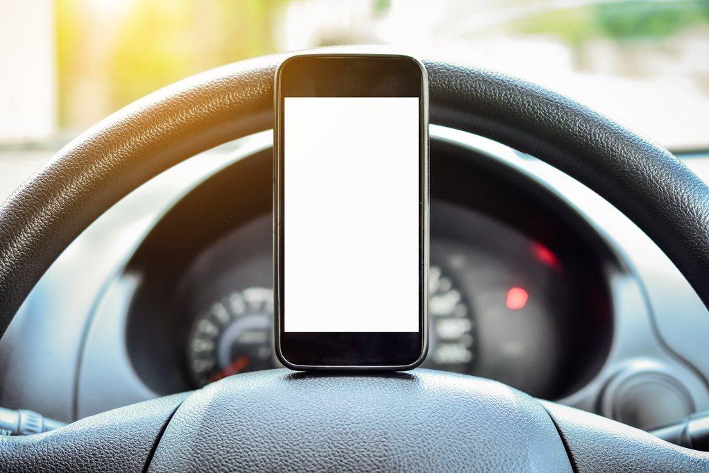許多人會在車內使用手機,但若把手機架在出風口恐會導致手機零件受潮壞掉。圖片來源/...