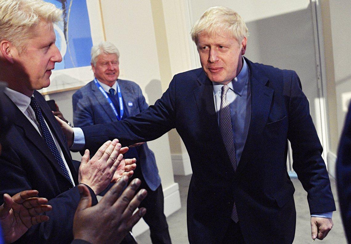 鮑里斯在6月發表首相競選演說後,與弟弟互動。 圖/歐新社
