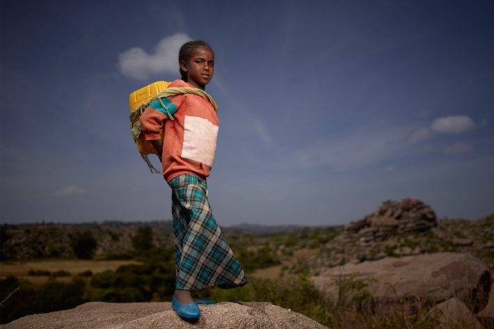 Charity: Water 和協助募捐的組織「Lokai」設計出以衣索比亞小女...