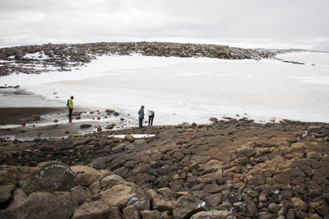 冰島的OK冰川在2014年失去冰川地位,以大約700歲的年紀死去。圖為積雪覆蓋已...