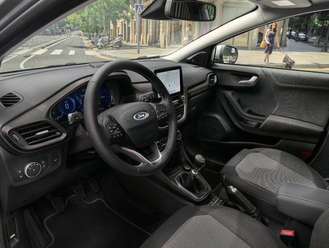 全新Ford Puma Titanium X內裝增添了類木質飾板增添優雅氣息。 ...