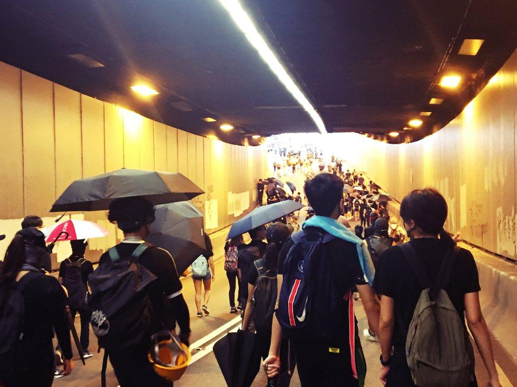 緊鄰著香港心臟地帶——中環交易廣場——的干諾道中隧道,這兩個月彷彿一張巨幅的抗爭...