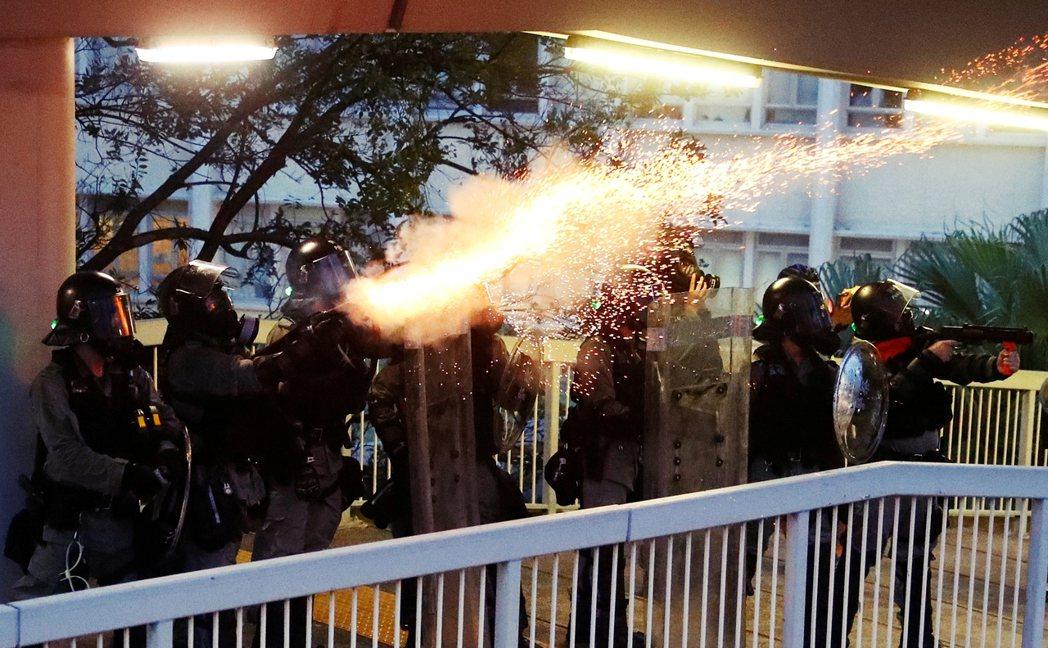 「香港依然有希望。」這時,Telelgram傳來消息:金鐘政府總部前放催淚彈。我...