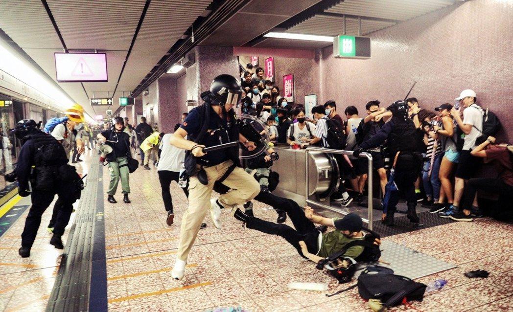 在香港「831太子站衝突」過後,社會憤怒難以平息。儘管港府宣布「撤回《送中》草案...
