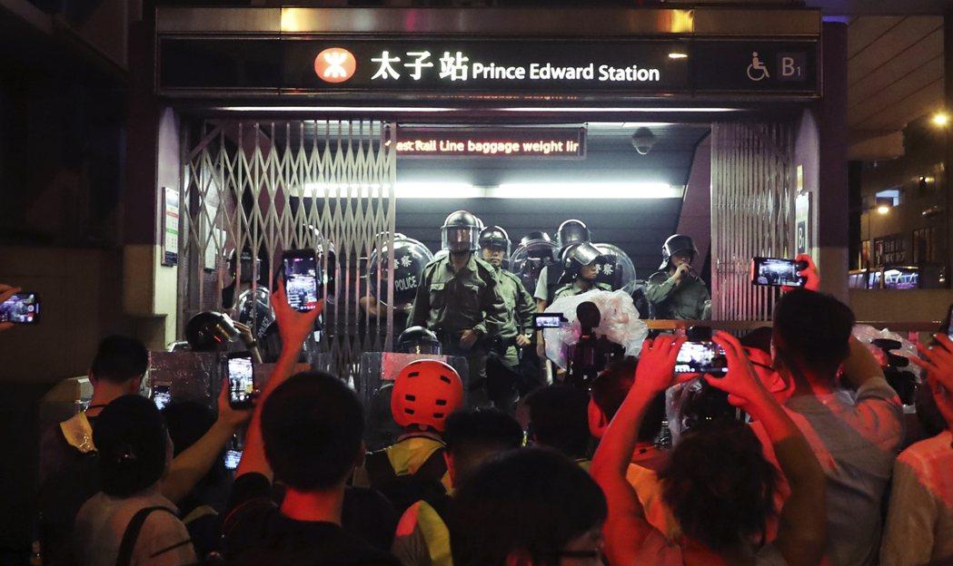 事後,警方更封鎖太子站,延遲讓救護員進入照料傷者,傷者在2.5小時後始能送院治療...
