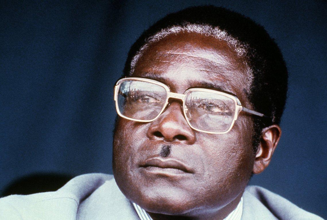 帶領國家實現獨立,但卻因貪汙腐敗而晚節不保的辛巴威開國領袖——穆加比(Rober...