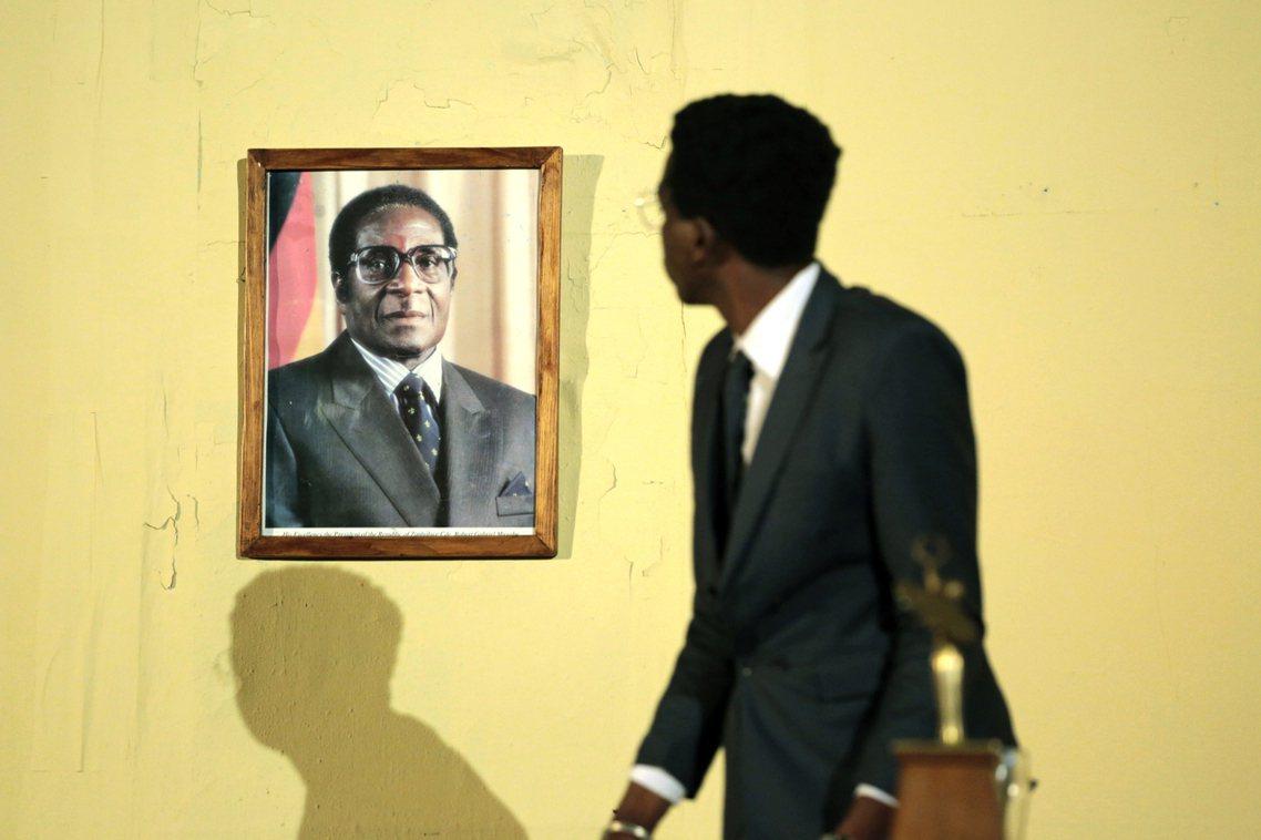 「我以最沉重的心情在此宣布,辛巴威的建國國父、我們的前總統——羅伯.穆加比同志—...