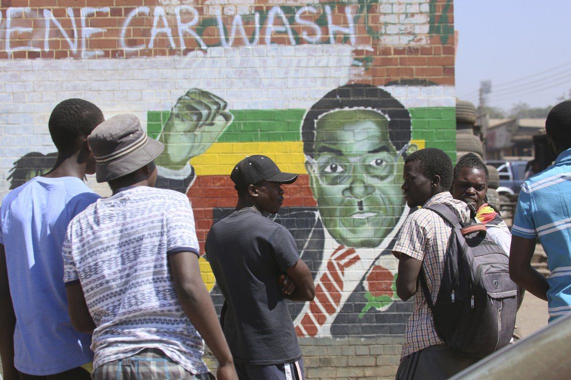 當2017年政變爆發、穆加比被迫下台後,歡欣鼓舞的辛巴威人也一度認為「曙光終於到...