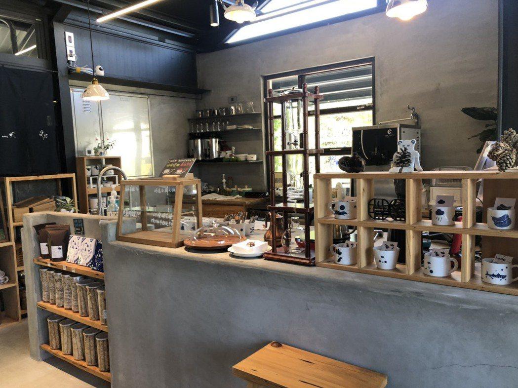 「雀榕咖啡」複合式咖啡廳。