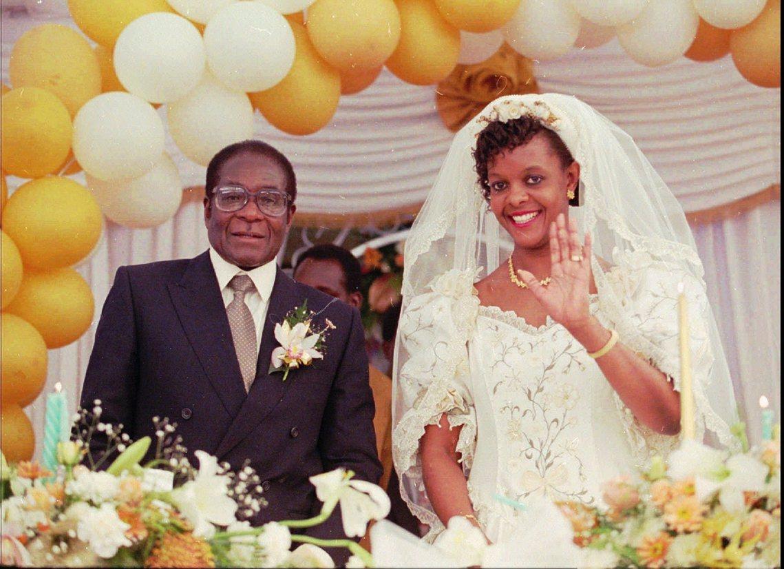 穆加比在晚年續絃,與小自己40歲的空姐葛蕾絲(Grace Mugabe)結婚,但...