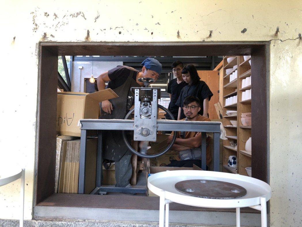 設計師李哲榮與工藝師一起使用陶板機。期望能建立在地工藝生產的模式,透過適合在地發...