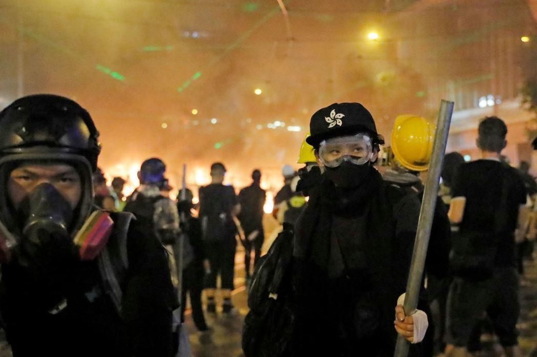 9月1日晚間,反送中示威者持續與警方對峙。 圖/美聯社