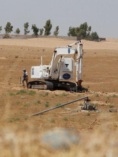 Halo Trust使用挖土機掃雷,再用機械引爆好讓伊朗軍隊將零件帶回去。 (法...