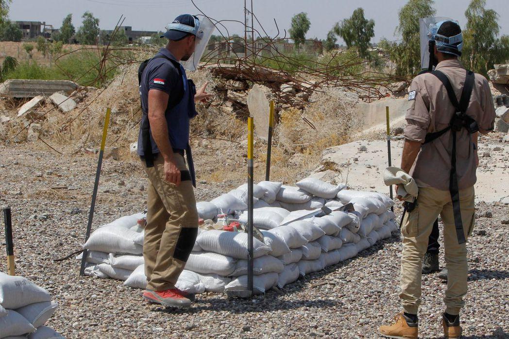 掃雷人員將一處地雷區進行標註。 (法新社)