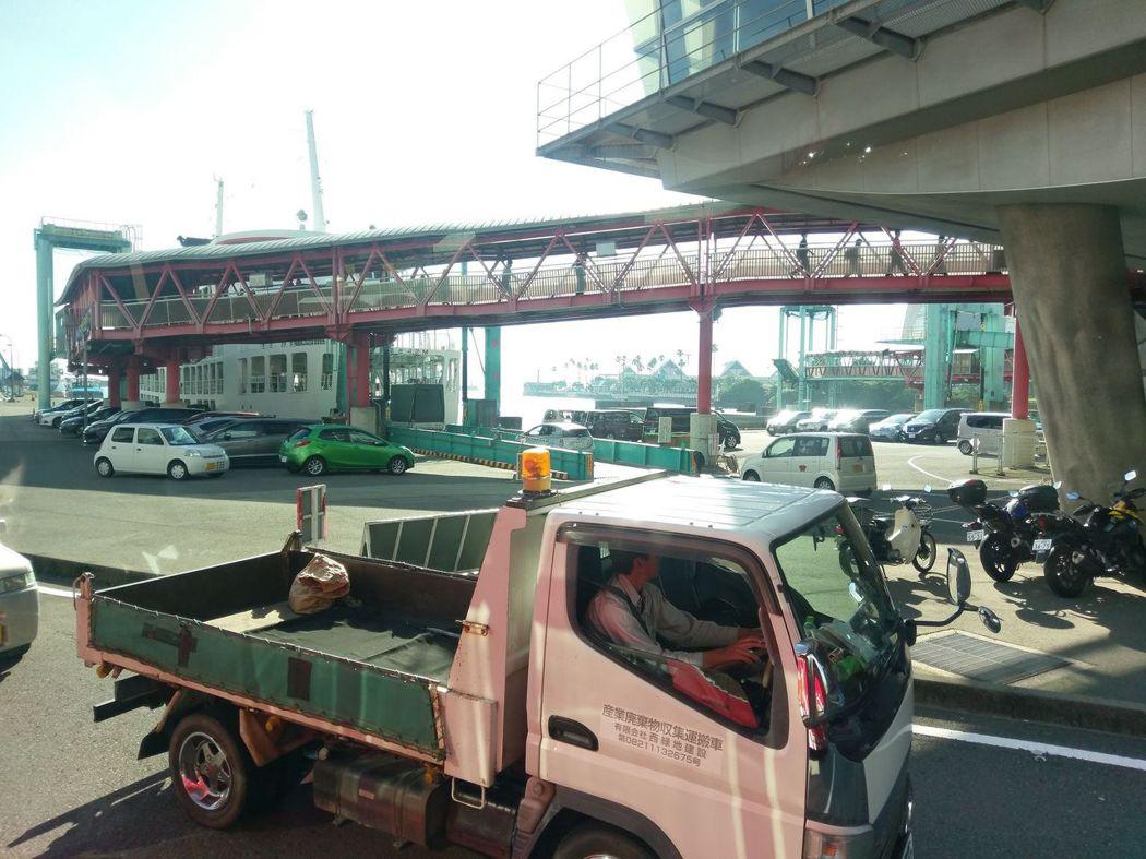 車子排隊等待棧橋放下