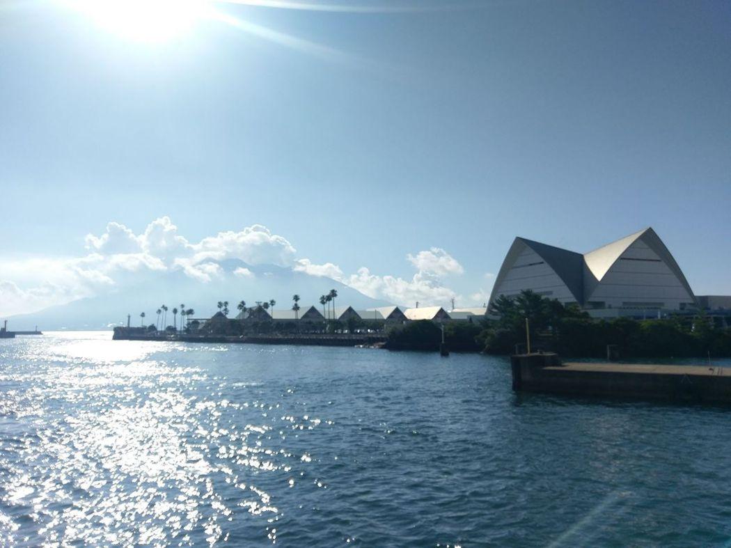 櫻島(左後)與櫻島水族館(右前)