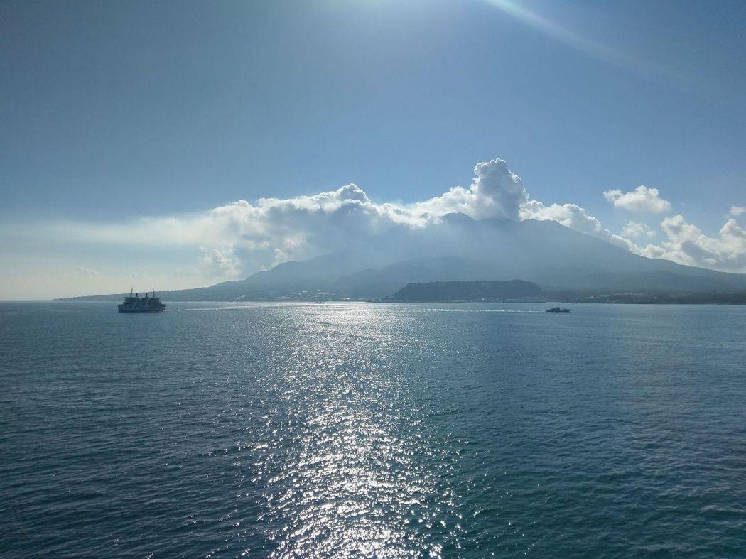 渺小的渡輪與巨大的櫻島