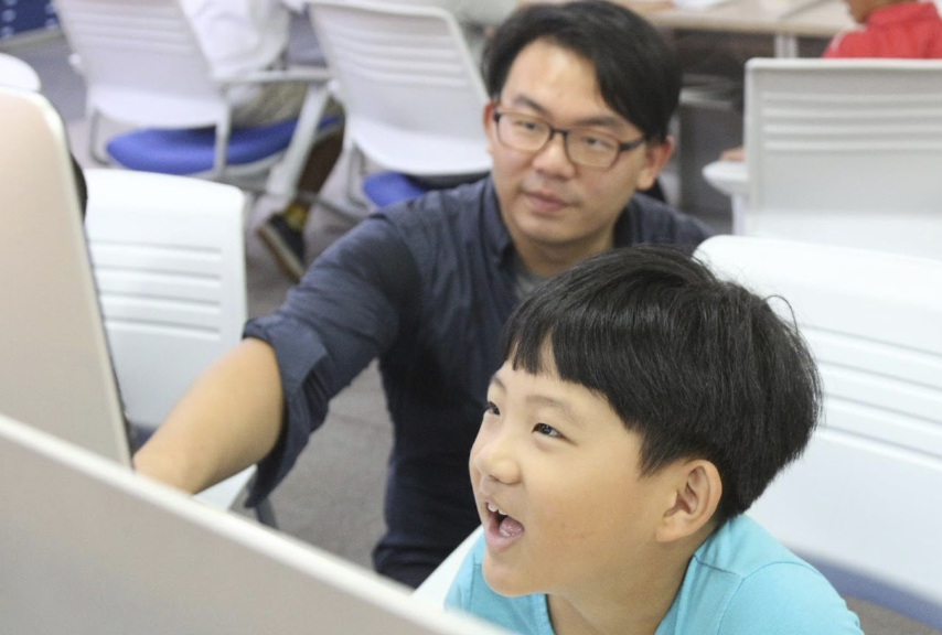 筆者教授夏日小學堂中的影片剪輯課程。圖/徐培峯 提供