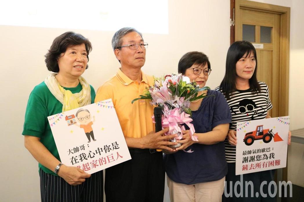 弘道西屯志工站長王文平(左二)與太太、妹妹、女兒合照,他很開心能趁身體硬朗時,好...