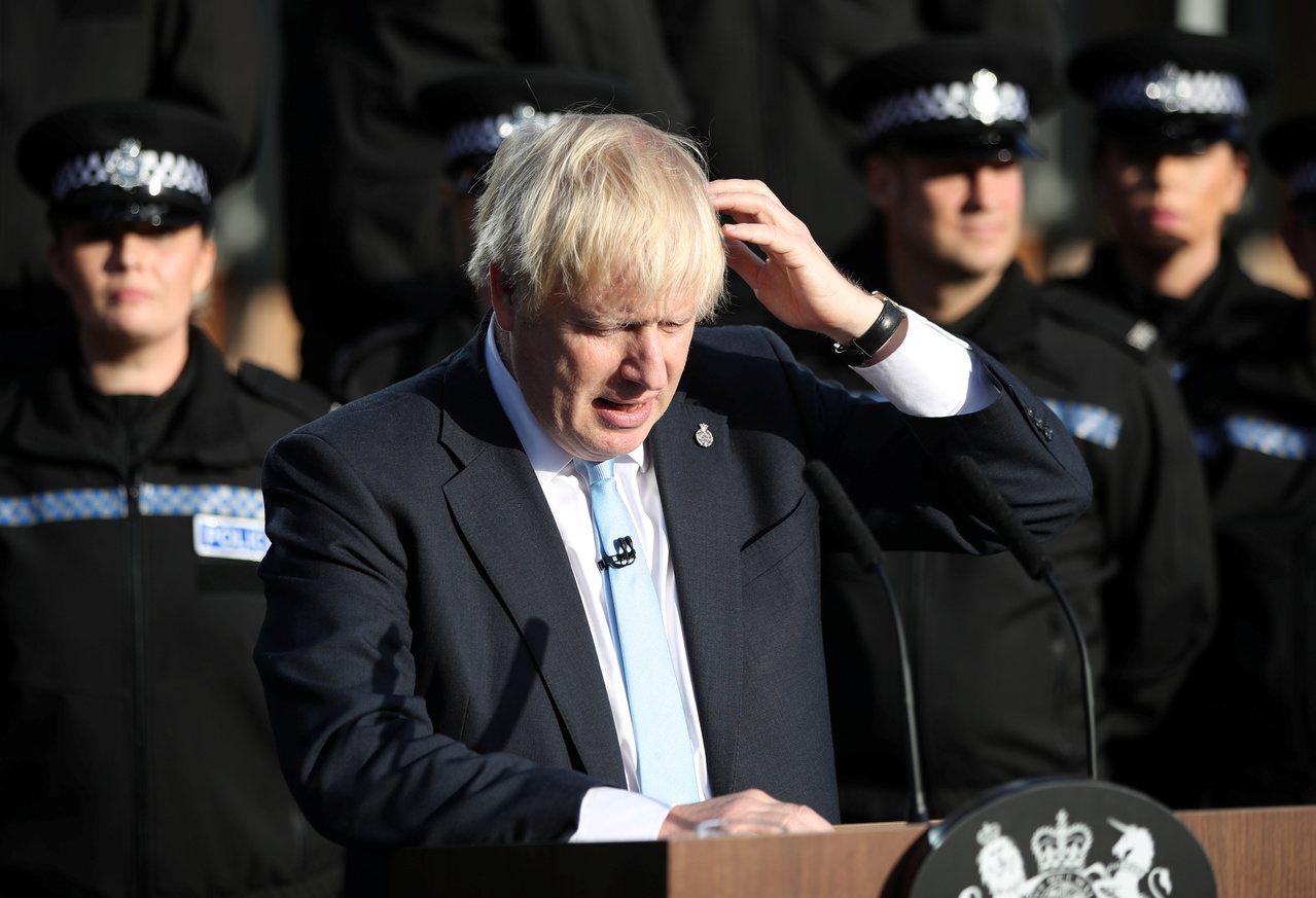 英國首相強森5日到西約克夏警署演講。 路透