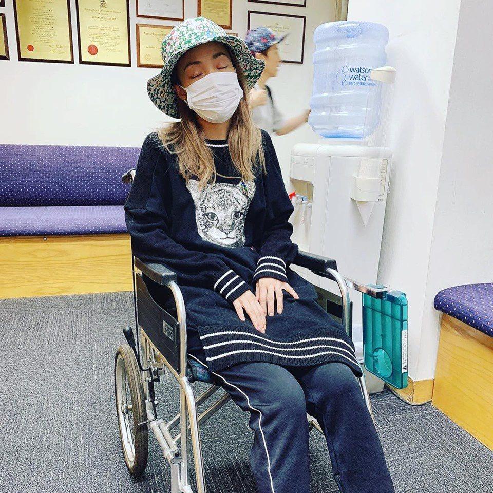 容祖兒巡演操過頭,膝蓋發炎導致行走不便。圖/摘自臉書
