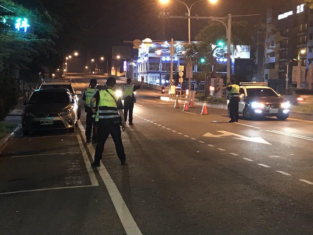 台南地院認當場舉發交通違規並不以攝影或照相存證為其要件,也相信警察不會說謊,駁回...