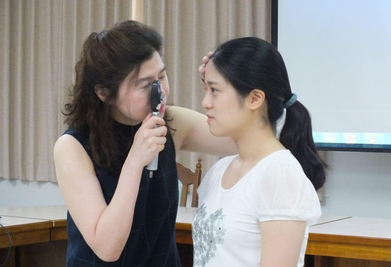 醫師梁中玲(左)說明,研究結果發現空汙物一氧化碳、二氧化氮,會明顯增加老年性黃斑...