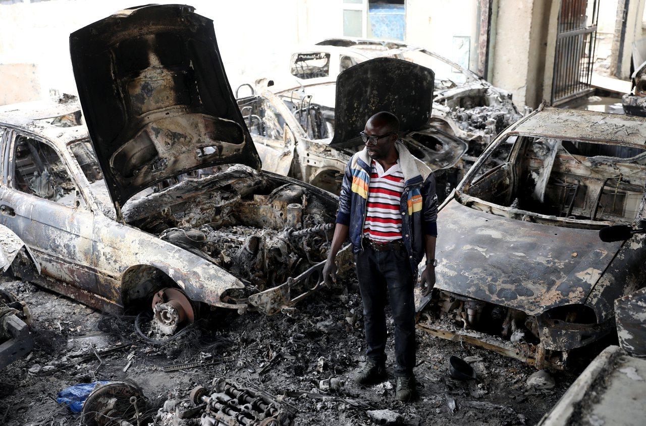 在南非約翰尼斯堡開業的一名奈及利亞車商,店面5日遭暴民焚毀。路透