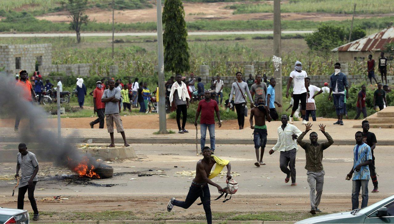 在奈及利亞首都阿布加,民眾4日抗議南非的排外暴力。美聯社