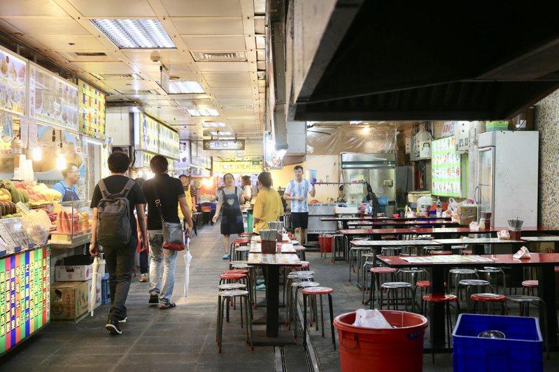 行政院會拍板第2波國旅補助加碼方案,各部會共推出11類優惠。圖為士林夜市地下美食街。記者林伯東/攝影