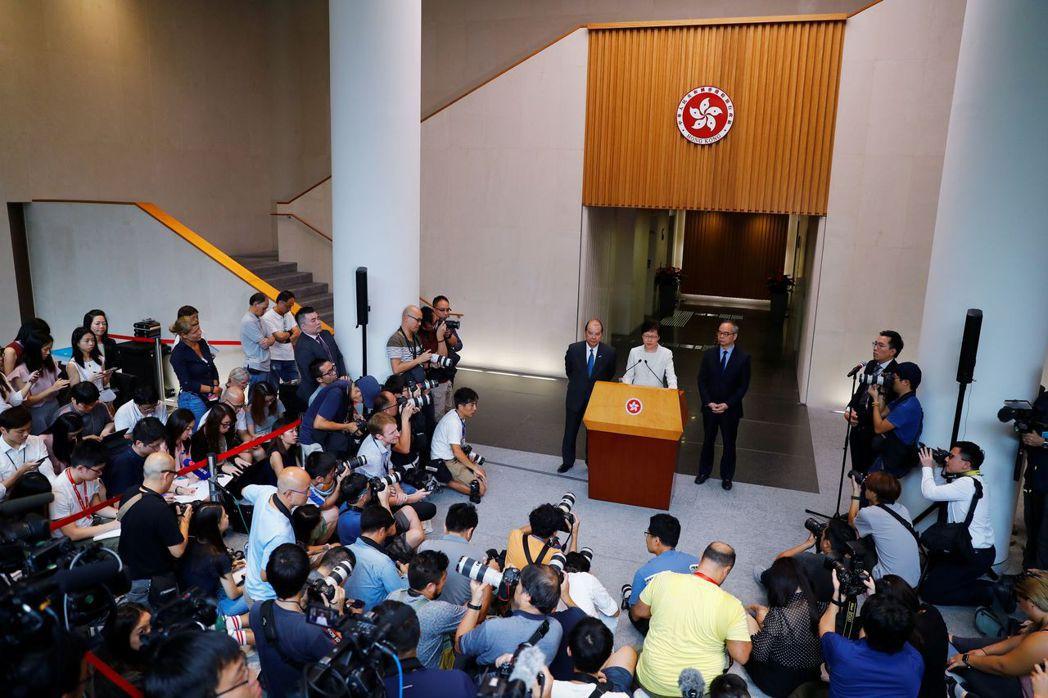 惠譽認為,連月來持續衝突和暴力正在考驗一國兩制的架構。 (路透)