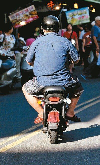 民眾騎電動自行車時,無論超速、恣意改車、行駛人行道或未戴安全帽等違規,都有機會吃...