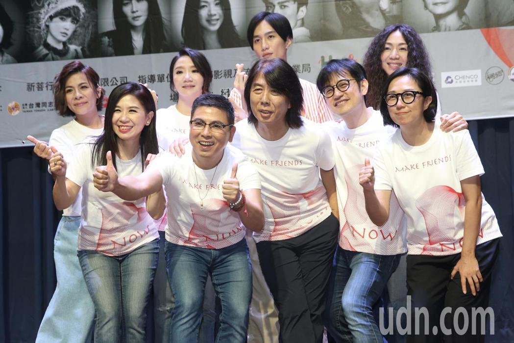 音樂人郭蘅祈(前排左二)發起舉辦第二屆「愛之日常音樂節」,下午舉行記者會,現場邀...