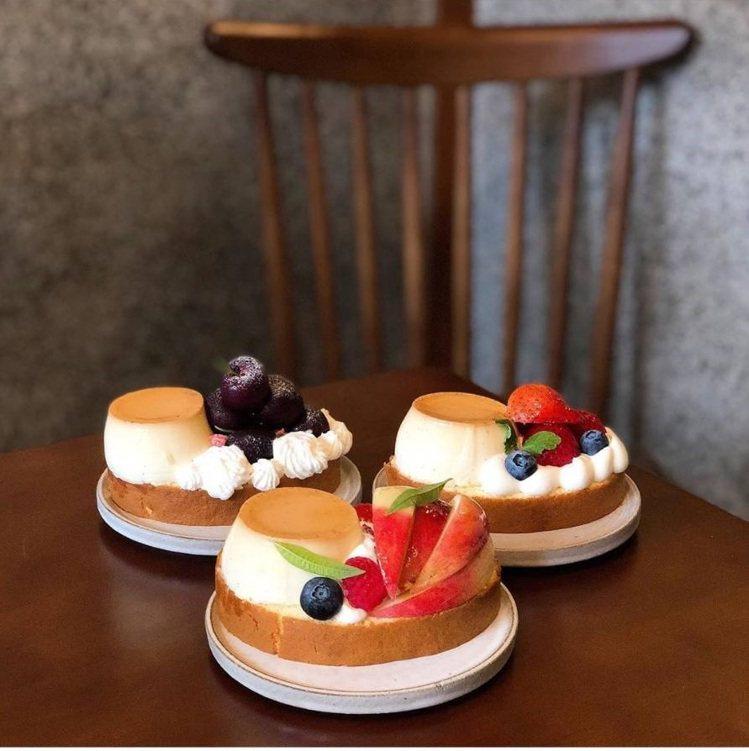 蛋糕捲就像一艘艘小船載著布丁跟水果,相當豐盛。IG @joyceho88提供