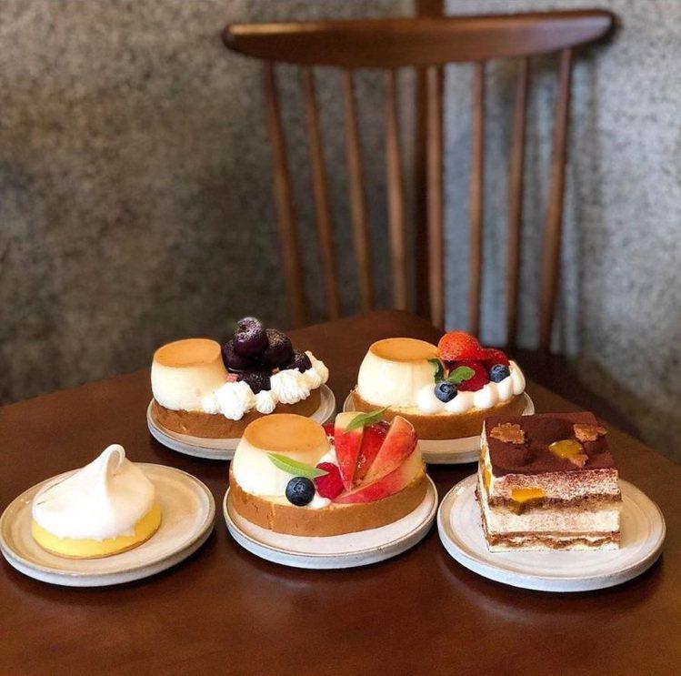 「閑閑」除了水果布丁蛋糕捲還有其他各色手工甜點。IG @joyceho88提供