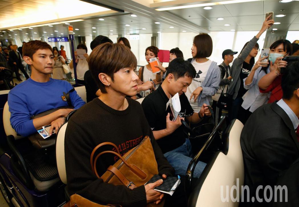 韓國男團「東方神起」的允浩及昌珉下午來台,約20名粉絲在登機門接機,兩人隨後搭乘...