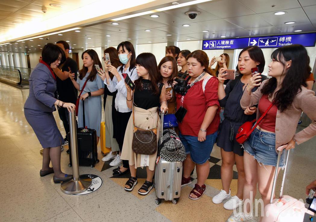 韓國男團「東方神起」的允浩及昌珉下午來台,約20名粉絲在登機門接機,華航地勤人員...