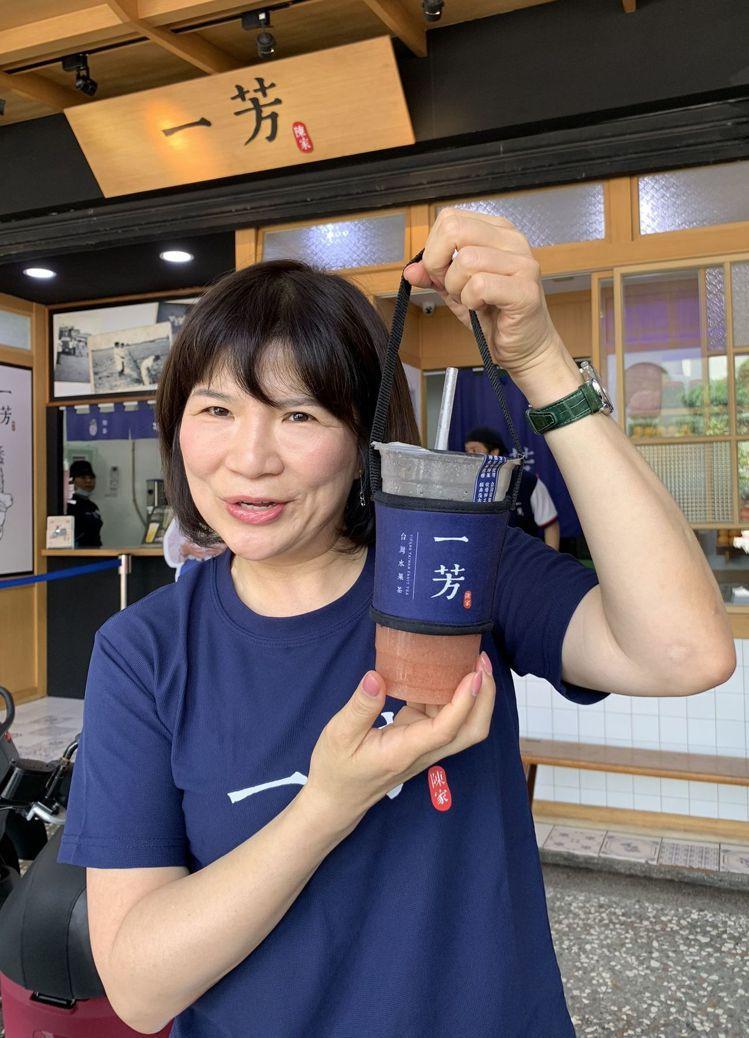 廖麗霞今天拿著正版的一芳水果茶隔熱杯套澄清,網傳杯套不是一芳製造的,是「假消息」...