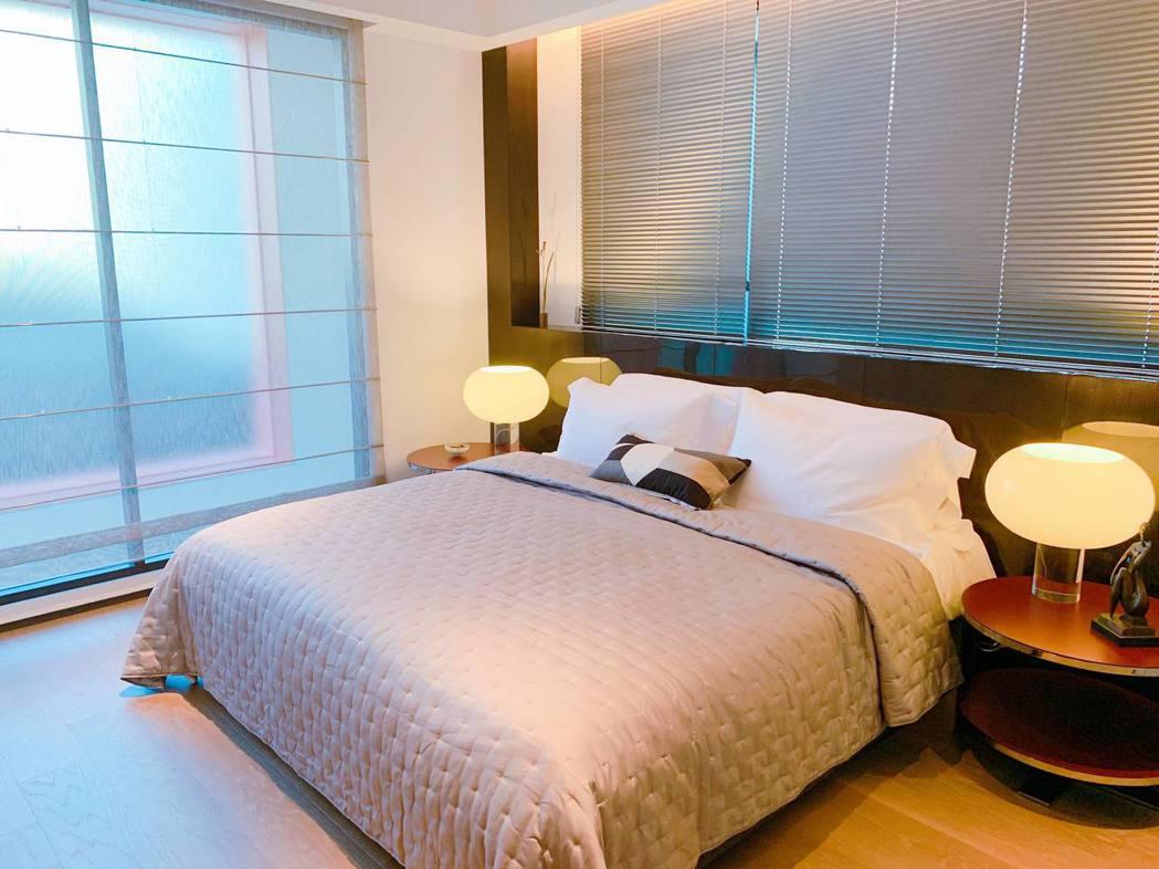 大片落地窗提供臥房極佳採光。記者徐力剛/攝影