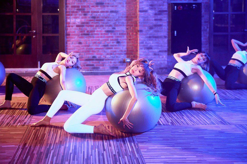 林明禎撩人舞動瑜伽抗力球。圖/種子音樂提供