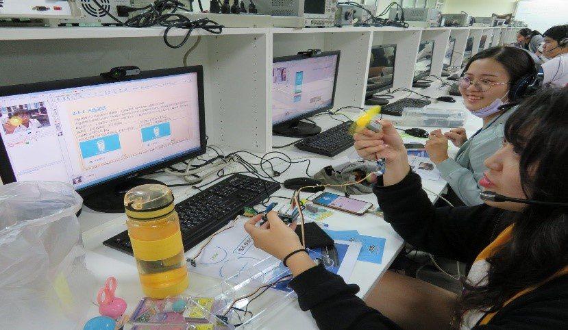 大學伴為讓小學伴了解課程內容,會透過視訊使用教具來輔助教學。圖/教育部提供
