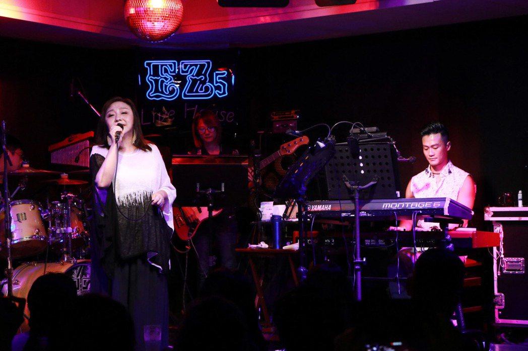 在林俊逸的伴奏下,鄭怡加碼獻唱「月琴」,讓粉絲賺到。圖/星光娛樂提供