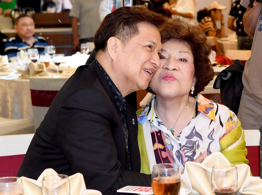 周遊、李朝永夫妻出席關懷演藝人員中秋餐會,走到哪都放閃。圖/華視提供