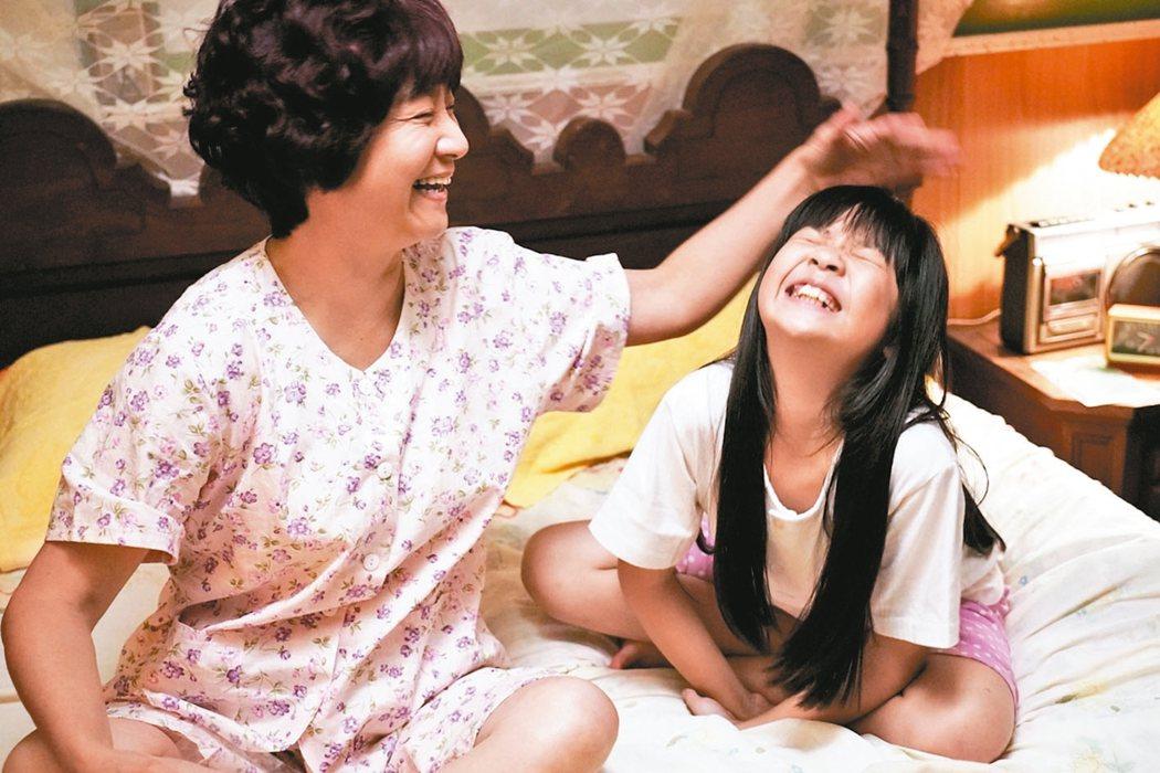 「俗女養成記」童星吳以涵(右)和阿嬤楊麗音親情互動逗趣。 圖/華視提供