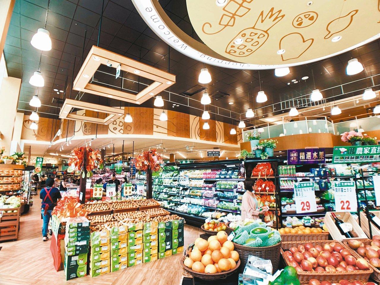 全聯台中市政店由日本設計師「西川隆」打造挑高、舒適的購物空間。 記者張芳瑜/攝影