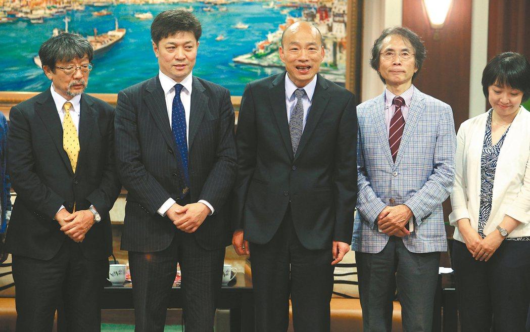 十名日本學者昨拜訪高雄市長韓國瑜(中),但市府事前聯繫地點失誤,引發「遲到誤會」...
