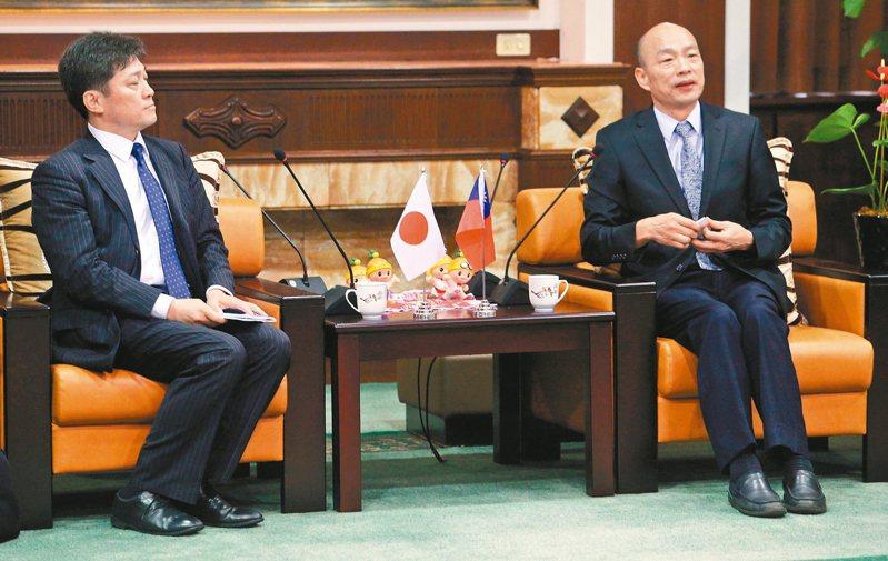 松田康博(左)等日本學者昨拜訪高雄市長韓國瑜(右),市府聯繫會面地點失誤引發風波。 記者劉學聖/攝影